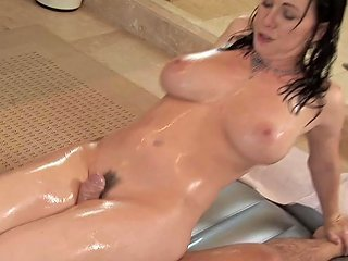 Slippery Milf Body Massage Comes With A Hardcore Happy Ending