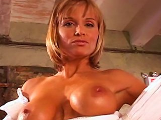 Arousing MILF Pleases With Amazing Solo